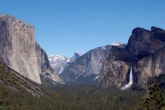 与水秋天的山和森林在优胜美地国家公园 免版税库存照片
