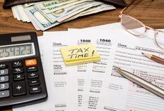 与1040税文件和金钱的概念 免版税库存图片
