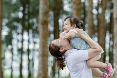与滑稽的妈妈的小女孩A孩子 免版税图库摄影