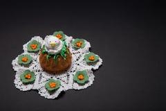 与滑稽的小鸡的复活节杯形蛋糕 免版税库存照片