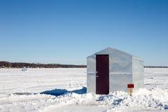 与滑稽的标志的冰简陋小木屋 库存图片
