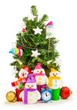 与滑稽的雪人的装饰的圣诞树 免版税库存照片