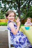 与画笔的愉快的小女孩姿势 免版税库存图片