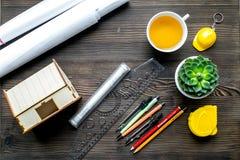 与建筑师书桌和工具木背景顶视图的行业概念 免版税库存图片