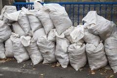 与建筑废物的袋子 免版税库存图片