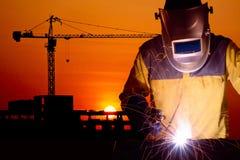 与建筑用起重机的焊接工作者焊接的钢结构 库存图片