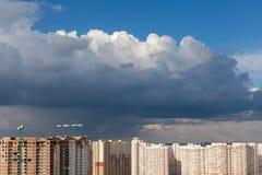 与建筑用起重机的都市背景 库存照片
