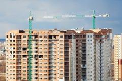 与建筑用起重机的都市背景 库存图片