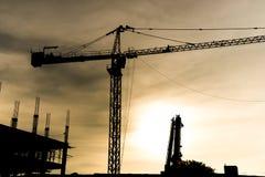 与建筑用起重机silhouet的抽象工业背景 库存图片
