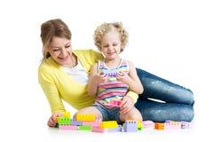 与建筑集合玩具一起的孩子和母亲戏剧 免版税库存图片