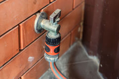 与水管的庭院轻拍附有它 免版税库存照片