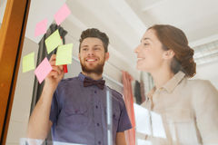与贴纸的创造性的队在玻璃在办公室 库存照片