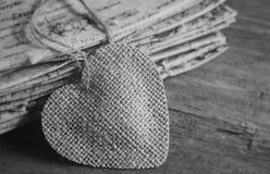与麻线的土气帆布心脏在木头 库存图片