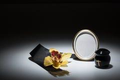 与黑缸和黑磁带,花的哀悼的框架,染黄orc 免版税库存图片