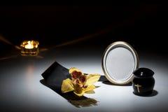 与黑缸和黑磁带,花的哀悼的框架,染黄orc 图库摄影