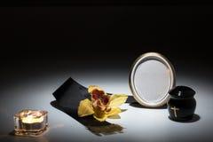 与黑缸和黑磁带,花的哀悼的框架,染黄orc 免版税库存照片