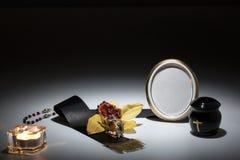 与黑缸和黑磁带,花的哀悼的框架,染黄orc 免版税图库摄影
