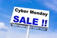 与`网络星期一销售`词的白色广告牌 库存图片