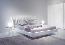 与紫罗兰色口音的现代白色卧室内部 免版税库存图片