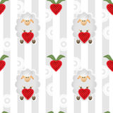 与绵羊的绵羊无缝的动画片样式用心脏草莓 免版税库存图片