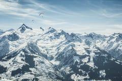 与滑翔伞的美好的山风景 库存图片