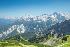 与滑翔伞的阿尔卑斯山鸟瞰图在高山风景 库存照片