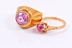 与紫翠玉的金戒指 库存图片