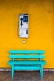 与细胞壁的古色古香的木椅子蓝色有黄色的 库存照片