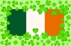 与绿色三叶草的传染媒介爱尔兰旗子离开  库存图片