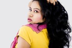 与黄色上面的美好的印地安女性模型 免版税库存照片