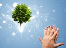 与绿色不可思议的发光的树的愉快的手指面带笑容 免版税库存图片