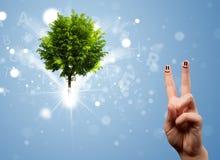 与绿色不可思议的发光的树的愉快的手指面带笑容 库存图片