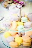 与紫色丝带的杯形蛋糕 免版税库存照片