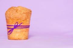 与紫色丝带的松饼 免版税库存照片