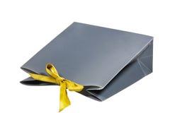 与黄色丝带的深灰色礼物袋子 免版税图库摄影