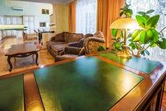 与绿色书桌和木头的家庭办公室豪华内部 免版税库存照片