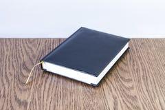 与黄色书签的简单的蓝色皮革笔记 免版税库存图片