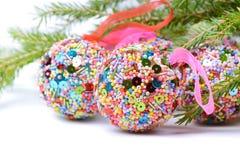 与绿色云杉的圣诞节球 图库摄影