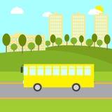 与黄色公共汽车的风景 库存图片