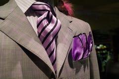 与紫色关系的浅灰色的方格的夹克 图库摄影