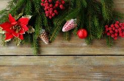 与绿色分支和红色装饰的圣诞节背景 免版税库存图片