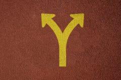 与黄色叉子标志概念商业决策方式的连续轨道 库存图片