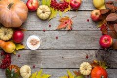 与黄色叶子和南瓜的秋天背景 图库摄影