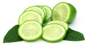 与绿色叶子的切的柠檬 免版税库存图片