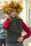 与黄色叶子的女孩画象在头 图库摄影