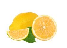 与绿色叶子的新鲜的水多的柠檬 免版税库存图片