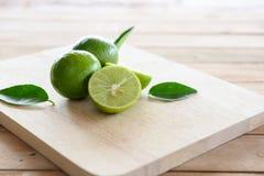 与绿色叶子的柠檬 免版税库存图片
