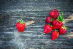 与绿色叶子的草莓在一个织地不很细委员会 免版税库存图片