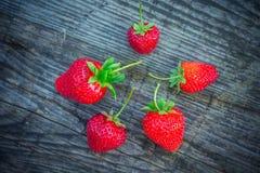 与绿色叶子的草莓在一个织地不很细委员会 库存照片