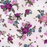 与紫色和桃红色玫瑰和小苍兰的无缝的花卉样式, 库存图片